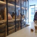 アラビカ 京都 - 店内は豆袋が倉庫兼、インテリアとなっています。