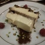 32171921 - 創業当時からあるチーズケーキ。