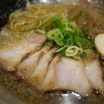越後秘蔵麺 無尽蔵 - 醤油チャーシューメン910円