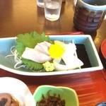 32175168 - 刺身定食の刺身盛り(ハマチ・イカ・鯛)