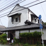 tsuu - 趣きのある白い建物