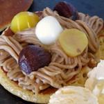 シュハリ六甘 - モンブランどら焼きパンケーキ(中はこんな感じ、2014年10月)