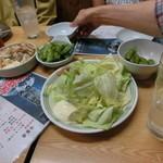 大将 - キャベツ200円 マカロニコンビーフサラダ280円 枝豆