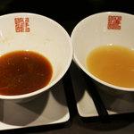 曙ラーメン - スープ比較(左:醬油、右:塩)