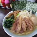 岡村屋 - 麺普通、味薄、脂少目でコクありマイルド全部入り♡