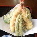 手打ちそば 光来 - 天ぷらがどっさり^^ 野菜は自家製です。
