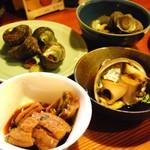 味処 とっくり - カウンター上の大皿料理は種類も豊富で値段も安く、そして美味しいのです(o'∀'o)