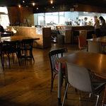 あきゅらいず 森の食堂 - 入口から厨房望む