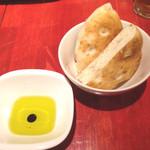冨田書店 - お通しのパンとコーヒー入りオイル。これが最後まで重宝する