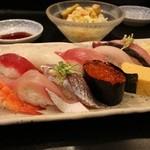 沼津魚がし鮨 - 10貫握り 1340円。