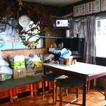 波止場食堂 - 雑多な店内