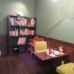 book and café gleam - 絵本がたくさんあります