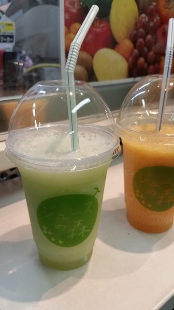 ジュースの森 永田町店 - 「メロン」(左)380円と「ジンジャー5」。