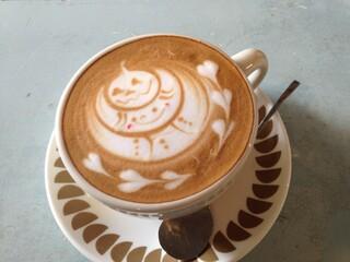 カフェ ウワイト - ラテアート、ハロウィンバージョン。