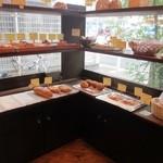 コナ・エ・ウフ - お店は決して大きな店では有りませんが個性のある美味しそうなパンがたくさん並んでました。
