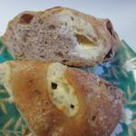 コナ・エ・ウフ - くるみを練りこんだ生地の中のチーズを挟んだ朝食にピッタリのやや硬めのパンです。