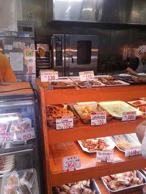 つくばチキン - カウンター内にはやきとりの他、肉惣菜が各種用意され