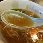 32222161 - 鶏ガラ醤油スープは細かい脂のおかげで最後まで熱々