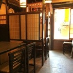 Kusunoki - 店内は薄暗く、テーブルごとに仕切られた、古風な居酒屋仕様です