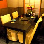 魚・食・笑 ちょうど - 個室。重量感のある椅子が座り心地抜群です。