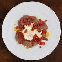 シチリア屋 - 牛モモ肉と目玉焼きのピッツァイオーラソース