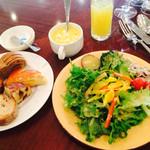 Brasserie & Cafe Le Sud - ビュッフェしたサラダ・パンたち
