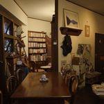 ルイズ - 大きなテーブル2つ、L字のカウンター6席ほど、離れたところに書斎