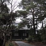 三光院 - 山門を入る、木立生い茂る境内