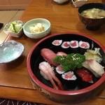 菊寿司 - にぎりずし中です。中トロをふんだんに使っていて食べ応えがあります。握りですがランチと同じサラダとみそ汁漬物、サービスが一品つきました。