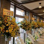 32249287 - 通路には花輪が沢山飾られていました