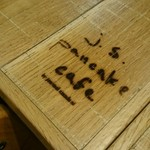 J.S. PANCAKE CAFE - テーブルに焼き印が。