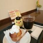マフィン フィールド - バナナマフィン(生クリームトッピング)とアイスコーヒー