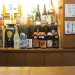 酒菜 楽 - もうかなりアルコールも入ってたんですが目の前に並ぶ焼酎や日本酒に誘惑されて再び乾杯です。