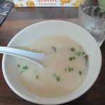 みくま飯店 - ランチタイムは、無料でスープがついてきます。                             白い!これは豚骨ラーメンスープのようです。