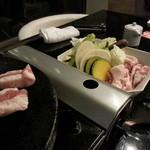 わらいち - 溶岩焼き。糸島美豚に野菜もしっかり添え