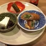 大小路バル - バルセットで選んだ3品。カマンベールチーズ、アスパラの揚げ物、自家製ピクルス。