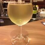 大小路バル - グラスワインはなみなみ。お迎えに行かないと飲めません。