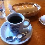 32295033 - 朝はこんな感じ。写真にはありませんが、コーヒーには豆菓子が必ず付きます。
