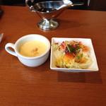32296155 - セットのコーンスープとサラダ。