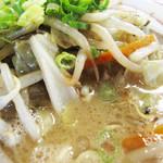 麺堂 香 高城店 - 野菜もシャキっと美味いです。                             濃厚だけど乱暴ではない豚骨スープを引き立ててます。