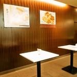 六花亭 - 店内にお菓子を食べるテーブルが用意されています