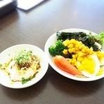 空と海 - 手作り豆腐とサラダバーは、定食を注文すると利用できます♪