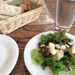 Beans Bakery Cafe - おすすめセットのサラダと天然酵母パン