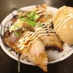 32323456 - チャーシュー煮玉子丼200円