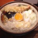 平沼 田中屋 - 田中屋さんの鍋焼きうどん、中身は卵焼き、タケノコ、海老天、お麩、蒲鉾など。熱い鍋焼きうどんは身も心も温まります。