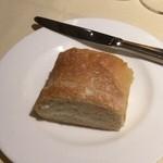 ラ・フランス亭 - パンはずっしり美味しい。