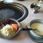 レストラン ゆうき - セットメニュー:前菜とスープと。スープはコーンポタージュ。奥はステーキソース。