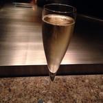 32354429 - 乾杯のシャンパン