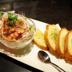 OLD SCOT - 天然マグロのタルタルカナッペ 香味野菜のサラダ仕立て(750円・外税)