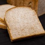 ブーランジェ・ルヴェ - 【コンプレ100(全粒粉100%)】栄養価が高く人気の全粒粉を100%使用。焼き上げるのが難しく置いている店が少ないパンです。